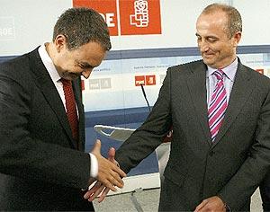 Zapatero saluda a Sebastián durante la presentación de éste como candidato del PSOE. (Foto: EFE)