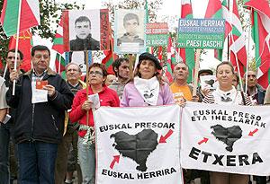 Un grupo de personas se manifiesta junto a la sede del Parlamento Europeo. (Foto: EFE)