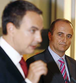 Sebastián atiende al discurso de Zapatero. (Foto: REUTERS)