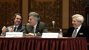 Aznar, Álvaro Vargas Llosa y Mario Vargas Llosa, en la universidad de Georgetown. (Foto: EFE)