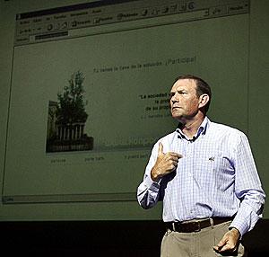 Ibarretxe, en Argentina, con un navegador de Internet proyectado al fondo. (Foto: EFE)