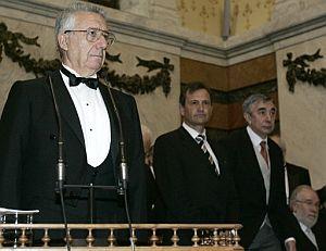 Pedro García Barreno (izda.), momentos antes de pronunciar su discurso. (Foto: EFE)
