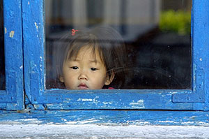 Una niña de Corea del Norte mira a través de una ventana. (Foto: AP)