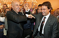 Artur Mas celebra con Josep Antón Duran i LLeida el triunfo de CiU en las elecciones catalanas. (Foto: EFE)