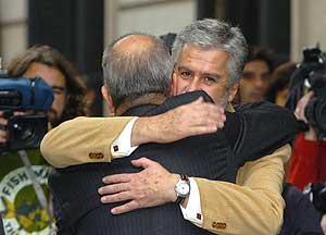 El presidente del Congreso, Manuel Marín (de frente), abraza al presidente andaluz, Manuel Chaves. (Foto: EFE)