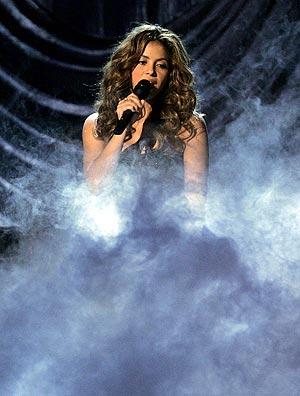 Shakira interpreta su canción 'La Pared' durante la gala. (Foto: REUTERS)