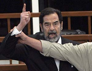 Un miembro de la seguridad sujeta a un airado Sadam tras conocerse el veredicto. (Foto: EFE)