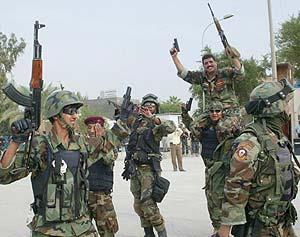 Soldados iraquíes festejan en Kerbala la decisión del juez. (Foto: EFE)