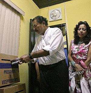 Daniel Ortega emite su voto en las elecciones de este domingo. (Foto: AFP)