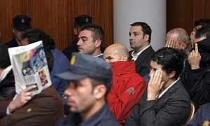 Suárez Trashorras, junto a otros acusados, durante el juicio. (Foto: EFE)