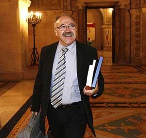 Josep Lluís Carod-Rovira sonríe a su salida del Parlament. (Foto: Santi Cogolludo)
