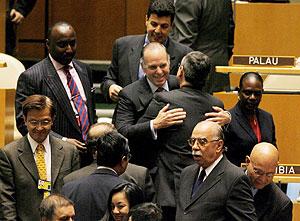 El embajador de Panamá ante Naciones Unidas, Ricardo Alberto Arias, es felicitado tras ser elegido su país. (Foto: EFE)