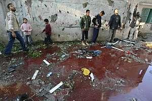 Vecinos de Beit Hanun, delante de un charco de sangre tras el ataque. (Foto: AP)