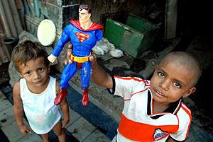 Dos niños juegan en una casa destruida en Managua, Nicaragua. (Foto: EFE)
