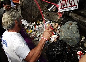 Varios cubanos tiran el busto de Fidel a la basura. (Foto: EFE)