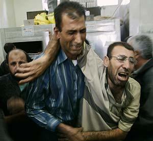 Dos familiares de víctimas en Beit Hanun, el miércoles en el hospital Beit Lahiya. (Foto: AP)