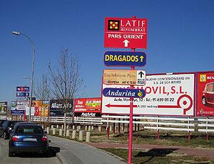 Imagen de un monoposte (en primer plano) y vallas de publicidad del municipio. (Foto: elmundo.es)