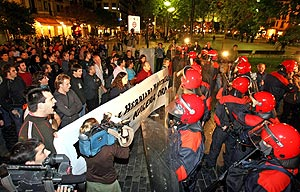 Efectivos de la Ertzaina bloquean la manifestación en apoyo a De Juana. (Foto: EFE)