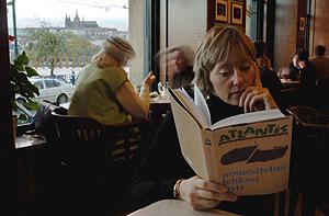 Una mujer lee un ejemplar de 'La insoportable levedad del ser' en Praga. (Foto: AFP)