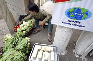 Un hombre prepara su puesto de verduras ante la próxima cumbre en la capital. (Foto: AFP)