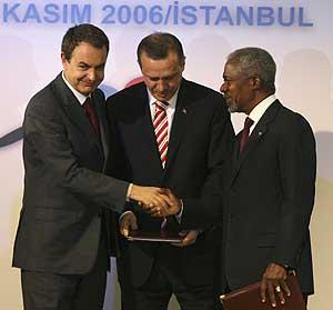 (De izda. a dcha.) Zapatero, Erdogan y Annan, en Estambul. (Foto: REUTERS)