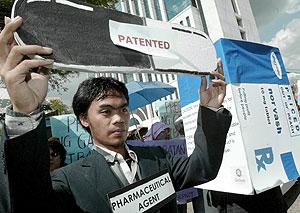 Un hombre, con un cartel en una manifestación en Manila pide medicinas baratas. (Foto: EFE)