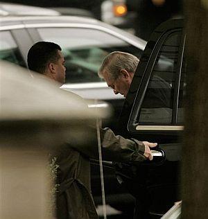 Rumsfeld, cabizbajo, en una reciente visita a la Casa Blanca. (Foto: AP)