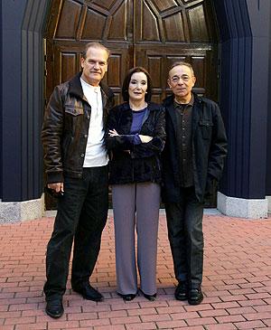 Los tres actores a las puertas del teatro. (Foto: EFE)