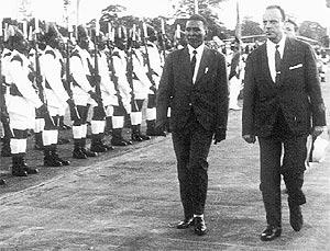 Fraga y Macías, en un desfile conmemorativo de la independencia de Guinea.