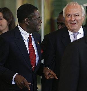 Obiang y Moratinos, en Barajas. (Foto: EFE)
