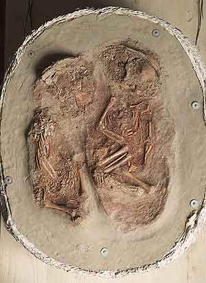 El enterramiento de los gemelos recién nacidos. (Foto: Nature)
