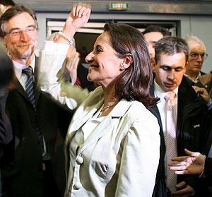 Ségolène Royal saluda a su llegada a una reunión en Melle, Francia. (Foto: EFE)
