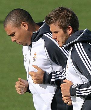 Los madridistas Ronaldo y Beckham, en un entrenamiento. (Foto: AFP)