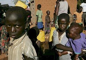 Varios niños mientras esperan su turno para conseguir agua potable en Uganda. (Foto: EFE)