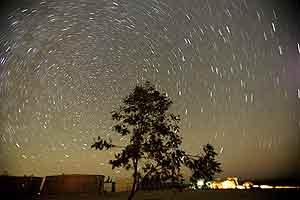 La lluvia de estrellas vista desde el desierto de Amán. (Foto: Reuters)