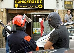 Entrada de la Ertzaintza en la 'herriko taberna' Gorrondatxe, el 25 de octubre. (Foto: C. García)