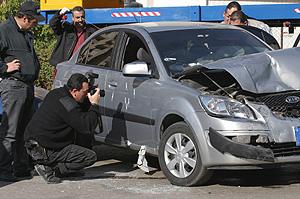 Unos investigadores toman fotos del coche en el que fue asesinado Pierre Gemayel. (Foto: REUTERS)