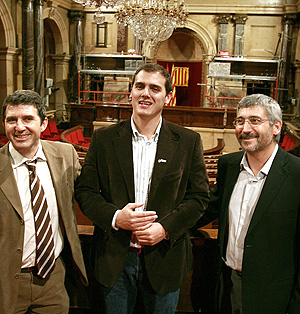Rivera, en su escaño en el Parlament, junto a otros miembros de Ciutadans. (Foto: EFE)