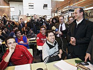 Miguel Sebastián, durante su visita a un instituto de Usera. (Foto: J. Martínez)