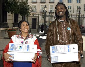 Miembros de la campaña contra la deuda externa en un acto a favor de su condonación. ( Foto: EFE)