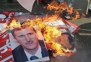 Libaneses prenden fuego a carteles del presidente de Siria, Bachar Asad. (Foto: AP)