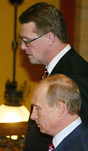 Putin y el primer ministro finlandés, en la cumbre UE-Rusia. (Foto: AP)