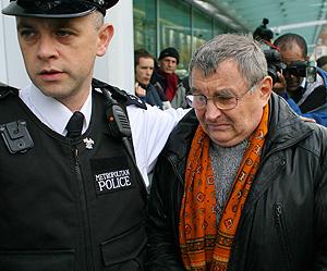 El padre del ex espía, Walter Litvinenko, a las puertas del hospital. (Foto: AFP)