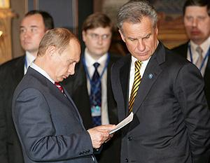 Vladimir Putin revisa un documento junto al embajador ruso en la UE en Finlandia. (Foto: EFE)