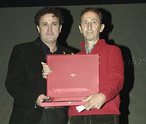 Hilario Sáez (izda.) y José Ángel Lozoya, del Foro de Hombres por la Igualdad, recogen su reconocimiento. (Foto: EFE)