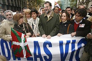 Mariano Rajoy junto a Ana María Vidal (dcha), ex presidenta de la Fundación Víctimas del Terrorismo; Esperanza Aguirre y María San Gil. (Foto: EFE)