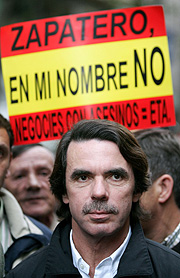 José María Aznar en la manifestación. (Foto: AP)