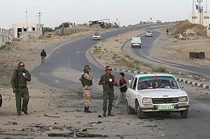 Miembro de las fuerzas de seguridad palestina desplegada en la localidad de Beit Lahia. (Foto: AFP)