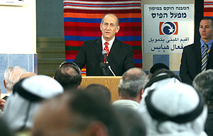 Olmert, durante la visita a una escuela, habló sobre la tregua. (Foto: