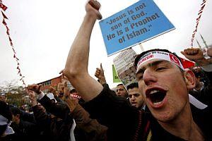 Manifestantes gritan consignas. (Foto: EFE)